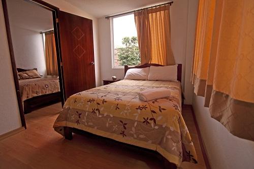 La habitación doble con dos dormitorios separados y un baño.